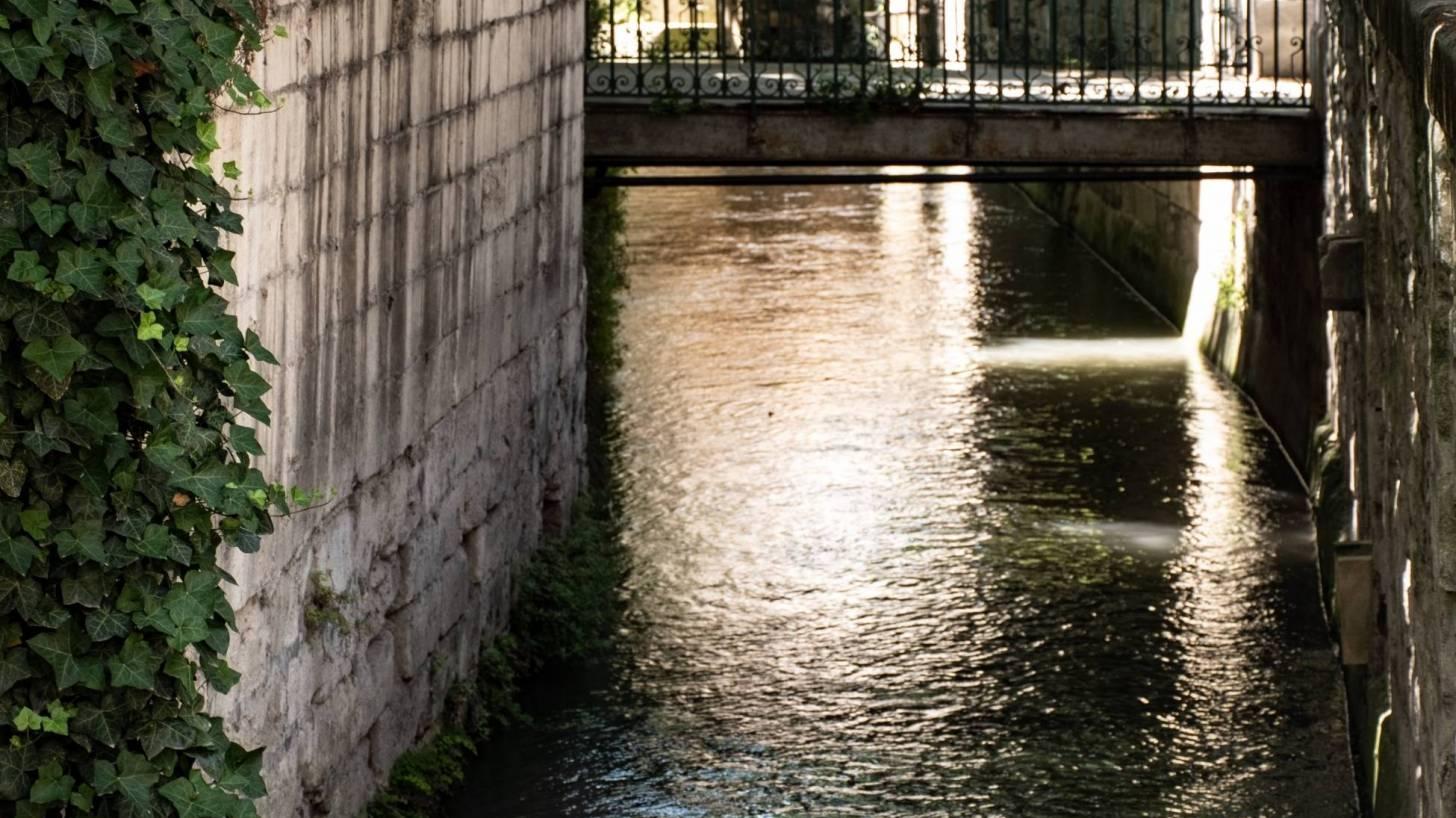 avignon canals thru the city